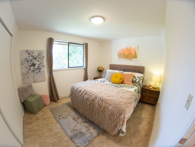 Queen-Bed-Room-Group-Family-Angels-Landing-Port-Angeles-Washington-Vacation-Home